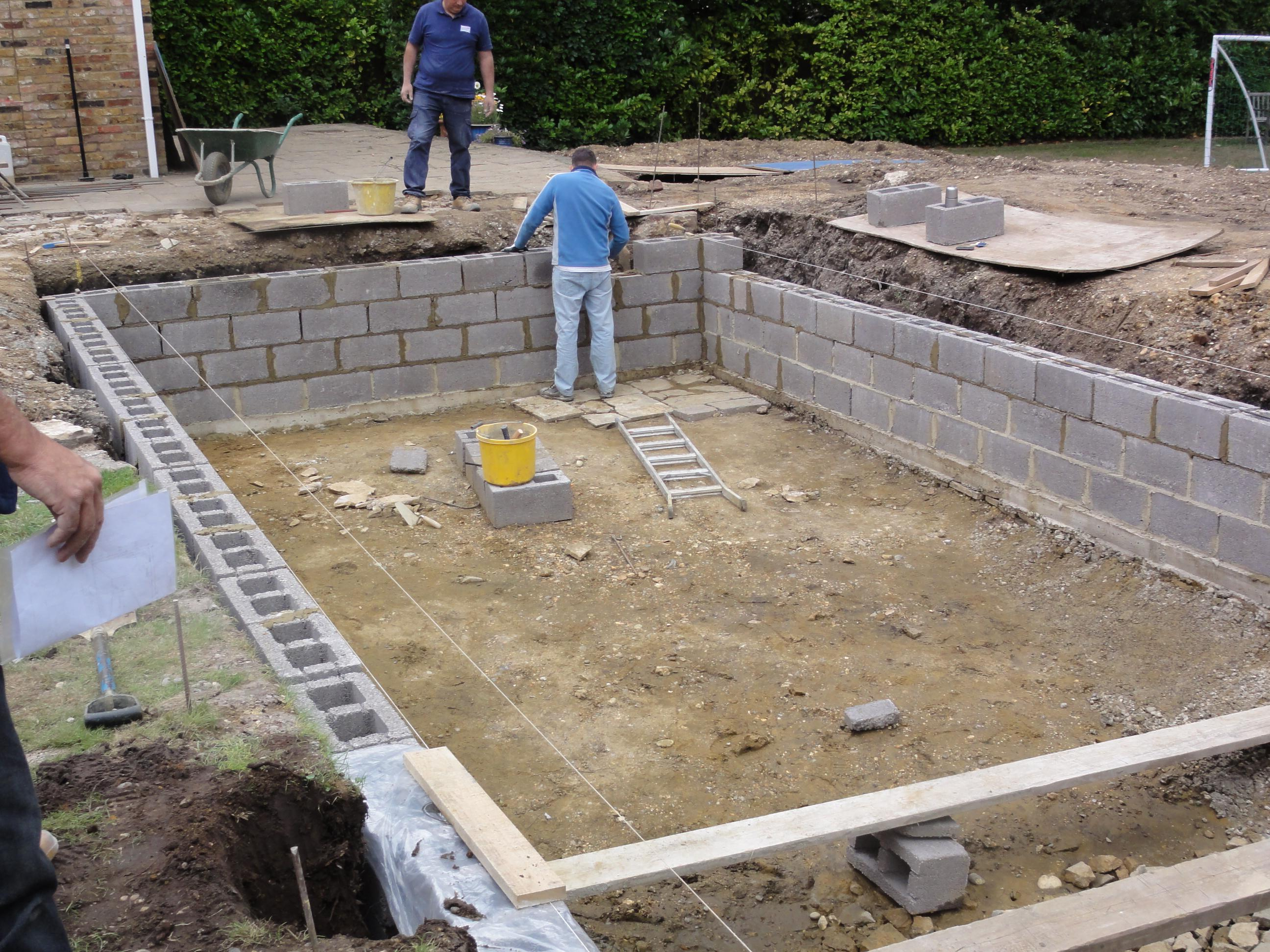 Liner pool wall construction ascot pools swimming pool construction berkshire surrey for Swimming pool construction company